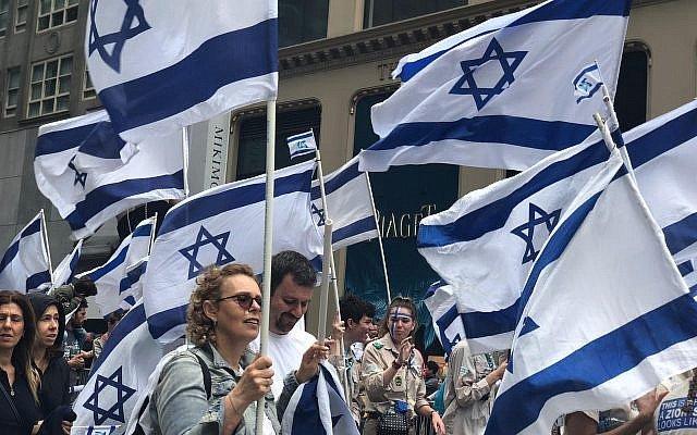Gente-con-banderas-desfile-israel-2018